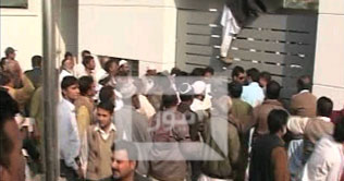 KESC fired employees vent ire on head office  - Dunya News TV Breaking News 20-01-2011