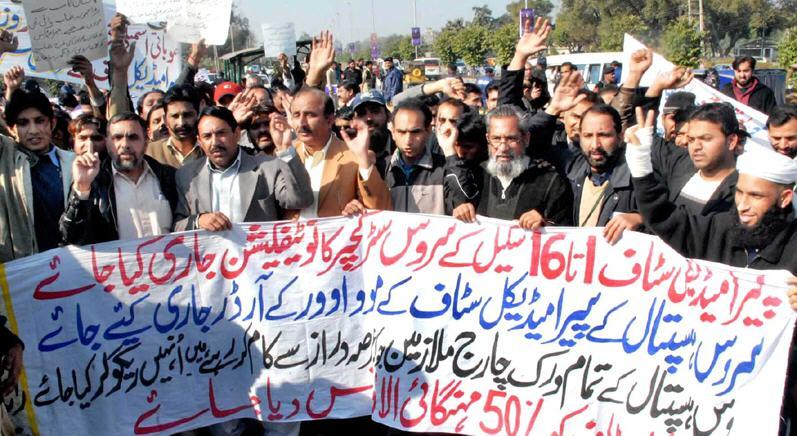 Para Medical Staff of Services Hospital Lahore protest demanding Service Structure pic