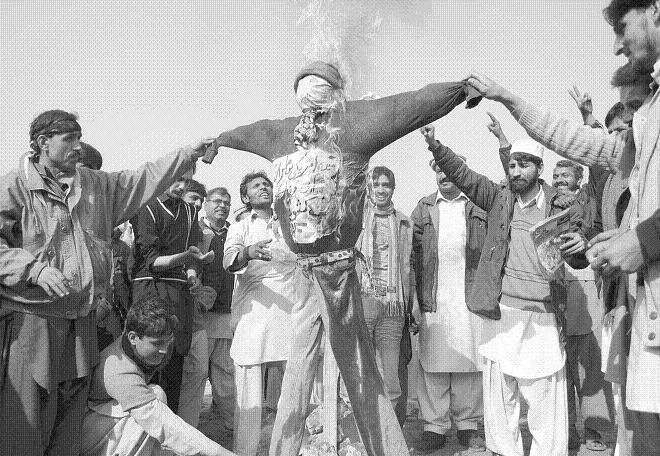 Railway Labour Union burn effigy in demonstration against privatization of Pakistan railways - Daily Business Recorder 19-1-2011