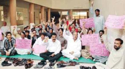 Malir Courts Employees Protest in Karachi (pic) Jang 25-2-2011