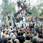 Railway Workers Stopped train for Pays (pic)