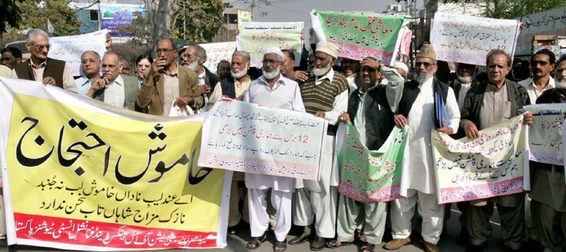 Pensioners Association of All Banks & Financial Institutions Pakistan protest for Pension Raise at Press Club Lahore - Express 11-3-2011