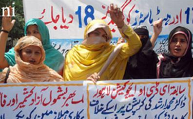 Mutahidda Asatiza Mahaaz Women teachers protest in Lahore