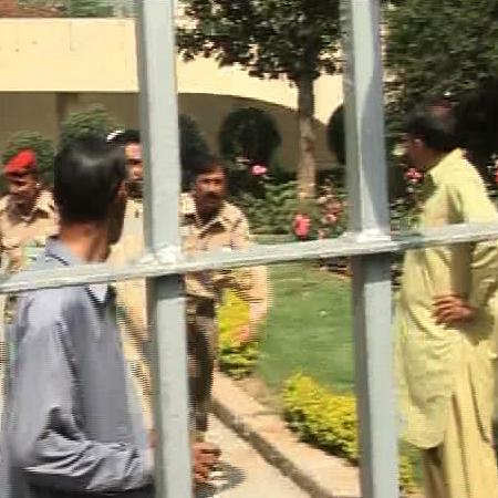 Islamabad: SAMAA's and other TV channel teams taken hostage by ZTBL Employees (Pics Gallery)