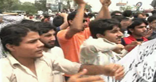 Dawood College Karachi Students Protest against HEC devolution