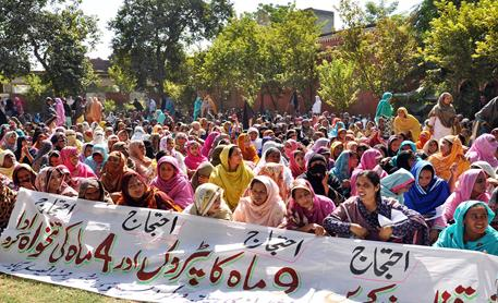 Multan Lady Health Workers LHWs Protests for salaries