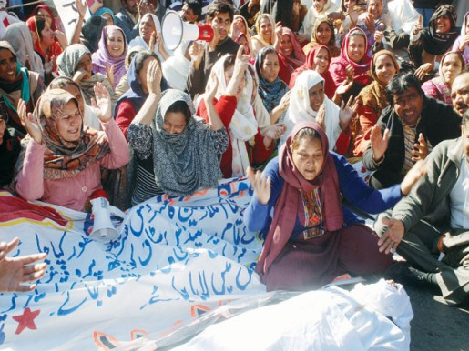 Para-medical staff continue protest outside Punjab CM House