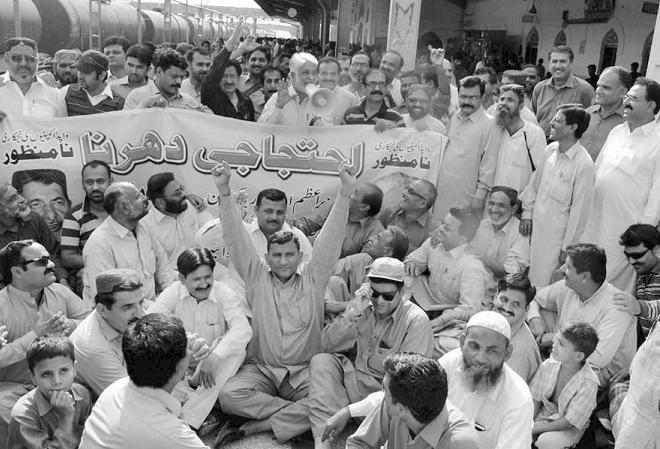 WAPDA CBA Union Leader Latif Nizamani Addressing at Hyderabad Railway Station on 9-3-2014