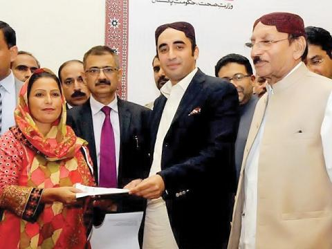 Bilawal Bhutto Zardari presents a lady health worker, CM Sindh standing beside