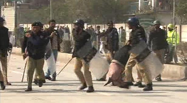 KPK Police baton charge on jail employees in Peshawar